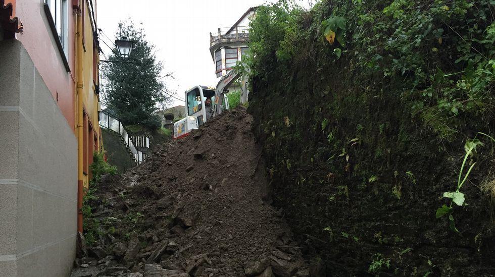 Derrumbe de un muro que ha cortado la calle Fontenova en Pontedeume.