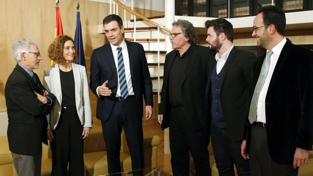Pedro Sánchez y su equipo, en la reunión con los portavoces parlamentarios de ERC, Gabriel Rufián y Joan Tardá, en el marco de la ronda de contactos en febrero del 2016 antes de someterse a la investidura