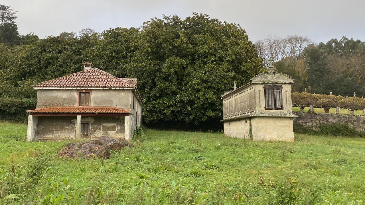 Un pequeño altar de la casa de Carmen Polo y Francisco Franco en San Cucao (Llanera, Asturias). Contiene un tríptico, cruces, candelabros y pilas bautismales