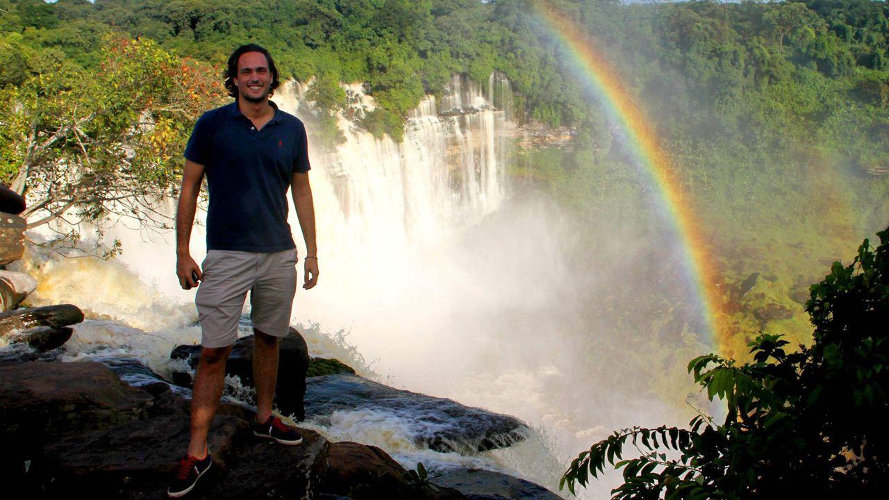El avilesino Luis Ochoa en las cataratas de Calandula
