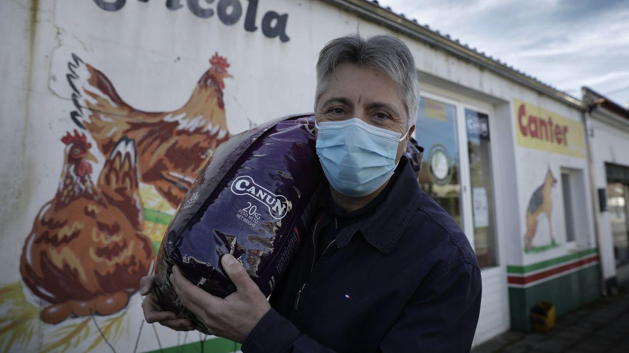 Juan Carlos Varela, de Agrícola O Tres, no solo no ha visto mermar su negocio sino que este año celebra los 25 entre sus clientes. «Cada vez repartimos máis», dice.