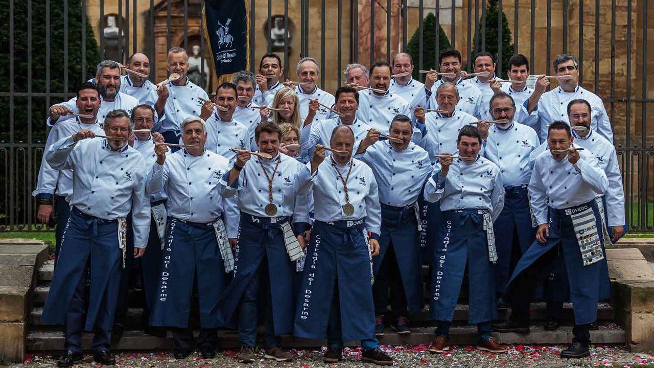 Cocineros de Cofradía del Desarme de 2019. La fiesta gastronómica de Oviedo se celebra durante varios días hasta el 19 de octubre