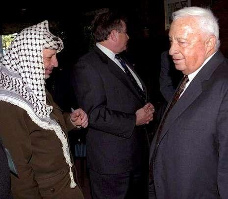 <span lang= es-es >Al lado de Arafat</span>. Sharon aparece en la imagen con el líder palestino durante una negociación en EE.UU.
