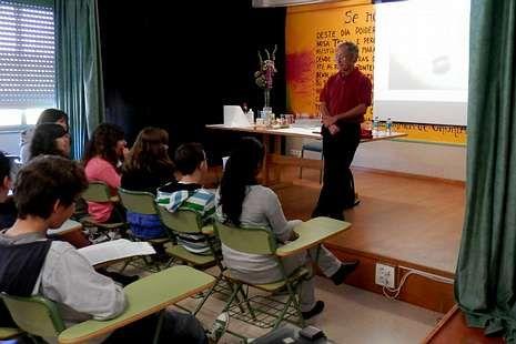 Actores atractivos.Los estudiantes realizaron muchas preguntas al catedrático.