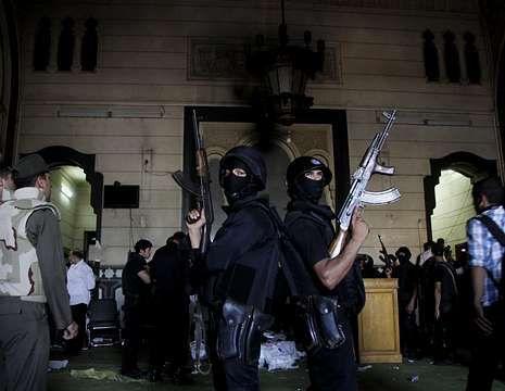 <span lang= es-es >Desalojo de una mezquita</span>. Equipos especiales desalojaron por la fuerza una mezquita donde se refugiaban desde el viernes cientos de manifestantes islamistas, que tuvieron que ser protegidos de una turba de civiles exaltados que pretendían lincharlos.