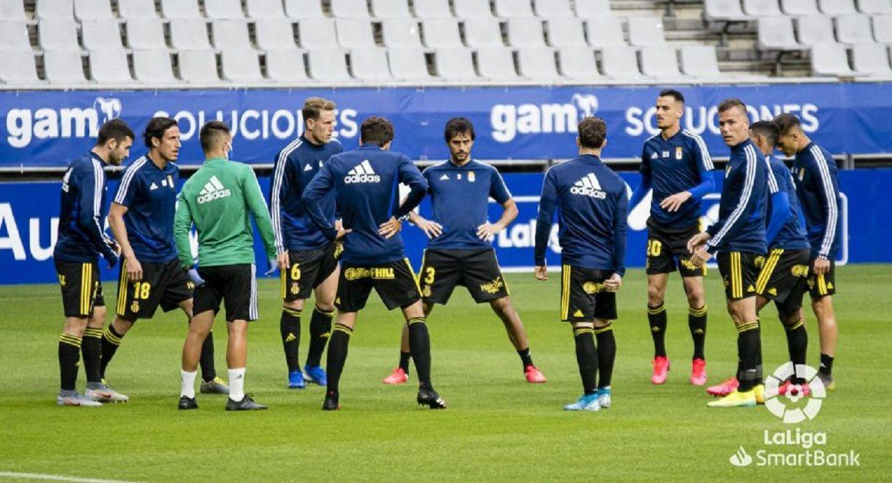 Jugadores del Oviedo antes del encuentro ante la Ponferradina