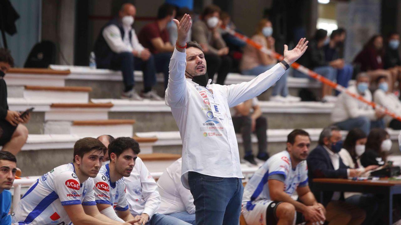 Las imágenes del balonmano Cisne Guadalajara.Santi Picallo, actual presidente del Cisne, le entrega la insignia de oro a José Ramón Monteagudo (derecha) en el 2004