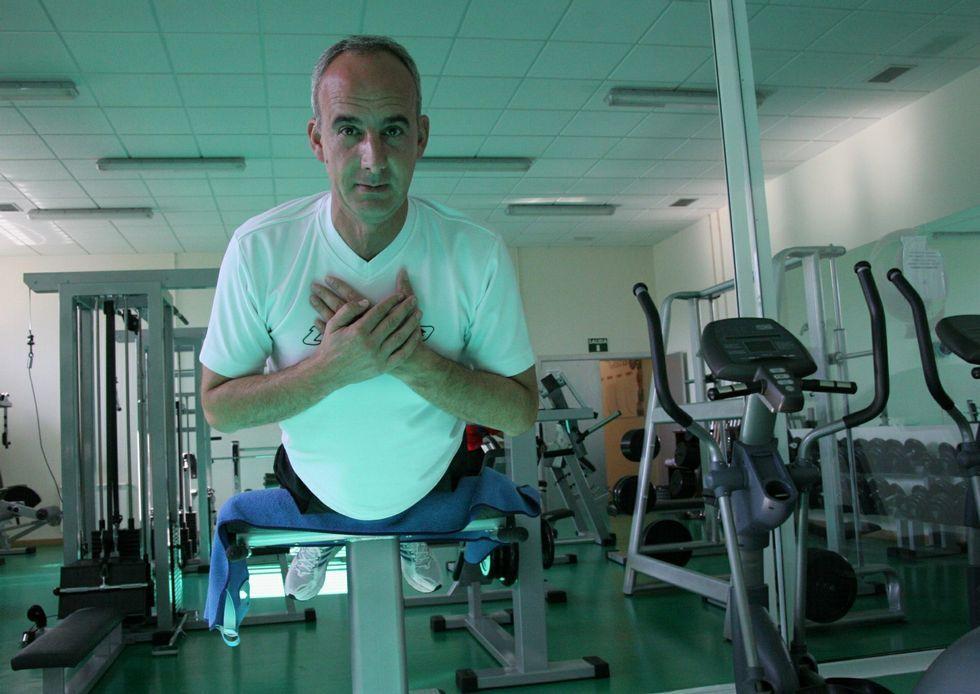 Incendios en Coirós y Aranga.El alcalde, Javier Caínzos, en el gimnasio de Curtis.