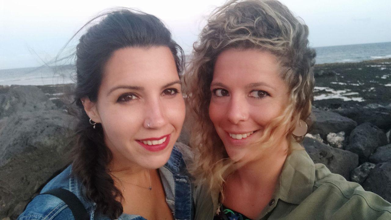 Primer mercadillo de alimentos en a Pobra do Caramiñal.Marta López y Natalia Fernández llegaron a Fuerteventura el 10 de marzo,y la pobrense no pudo regresar a su casa hasta el martes de madrugada