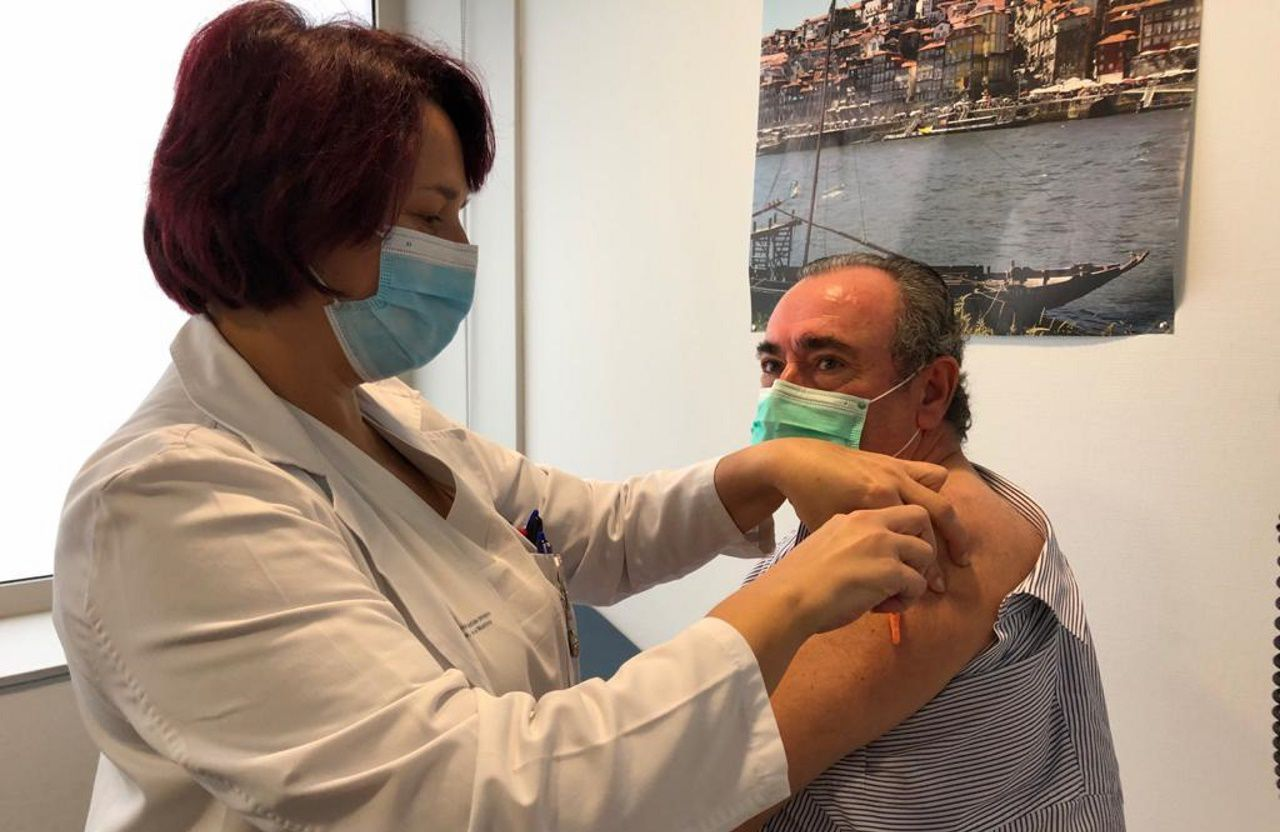 Ramón Ares, gerente del área sanitaria lucense, vacunándose