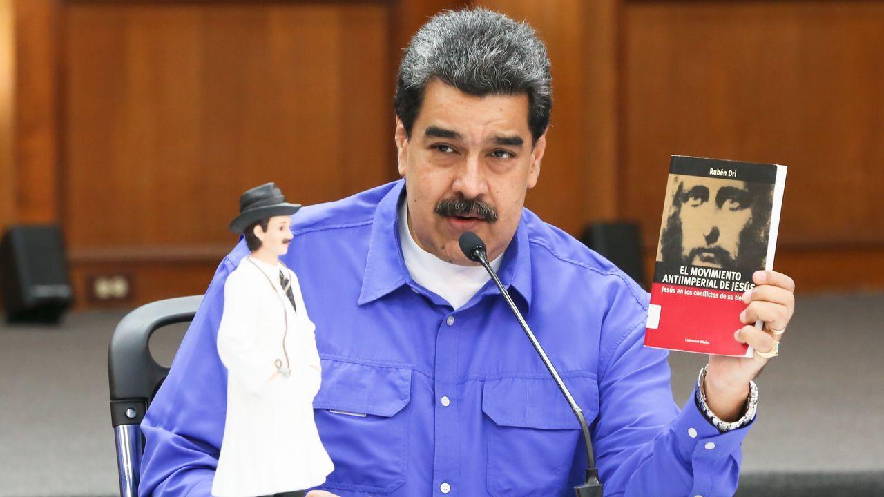 Maduro muestra el libro «El  movimiento antiimperialista de Jesús» en una conferencia de prensa junto a la figura de un médico