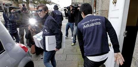 Agentes de Aduanas recogen documentación de la casa de Conde Roa, exalcalde de Santiago, imputado en la Pokemon.