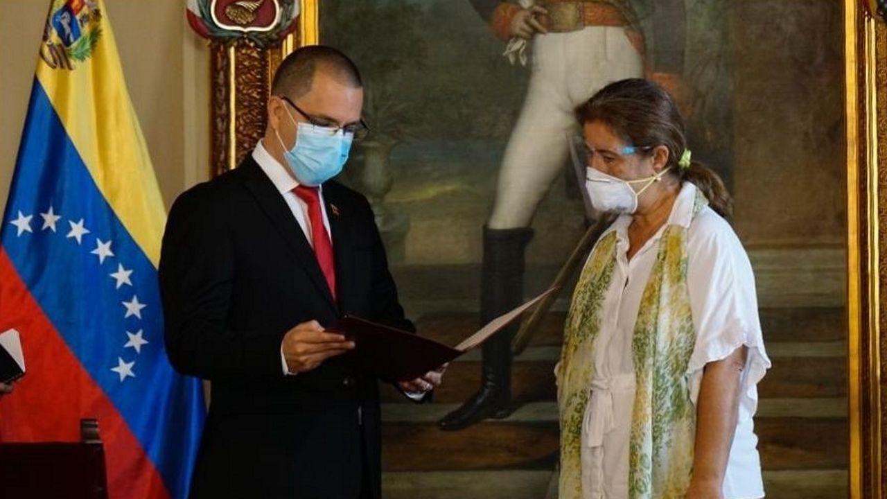 El canciller venezolano, Jorge Arreaza, con la embajadora de la UE