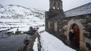 Don Jesús abre a igrexa de Balouta en pleno temporal de neve