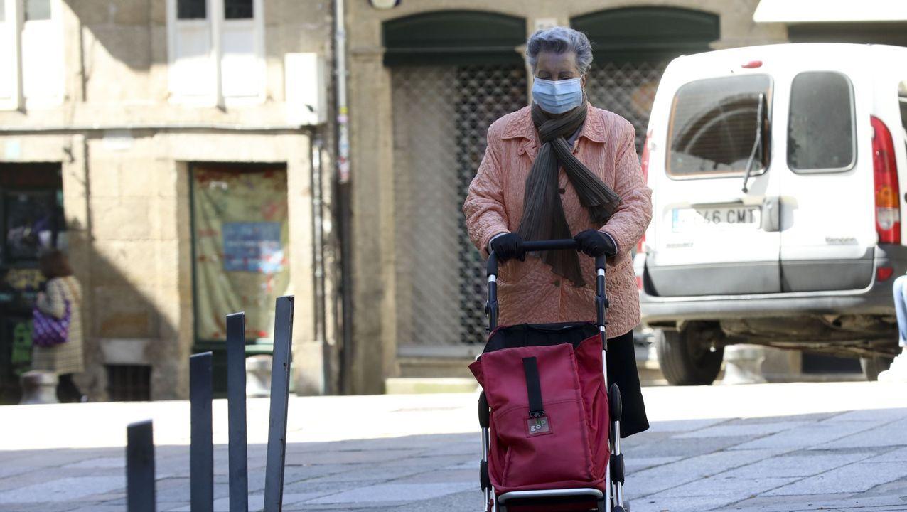 Exámenes al aire libre en Corea del Sur.Una señora regresa a casa después de hacer la compra, portando mascarilla, en las calles de Santiago