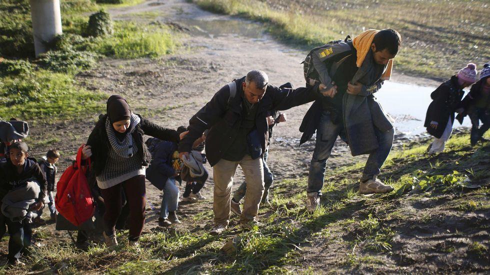 Refugiados en las afueras de Brezice, en Eslovenia