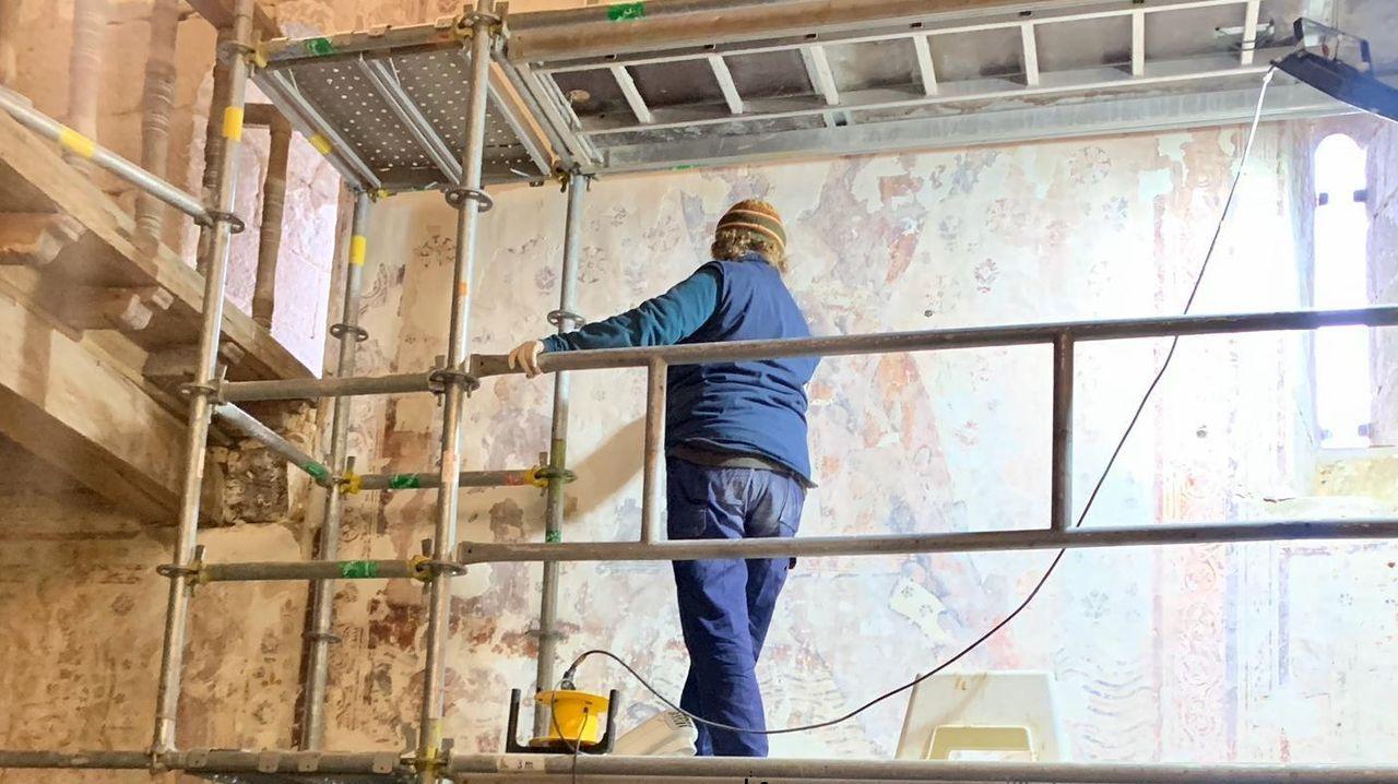 La restauración de los murales renacentistas de la iglesia de Pinol empezó el pasado octubre y se prevé que terminen en junio