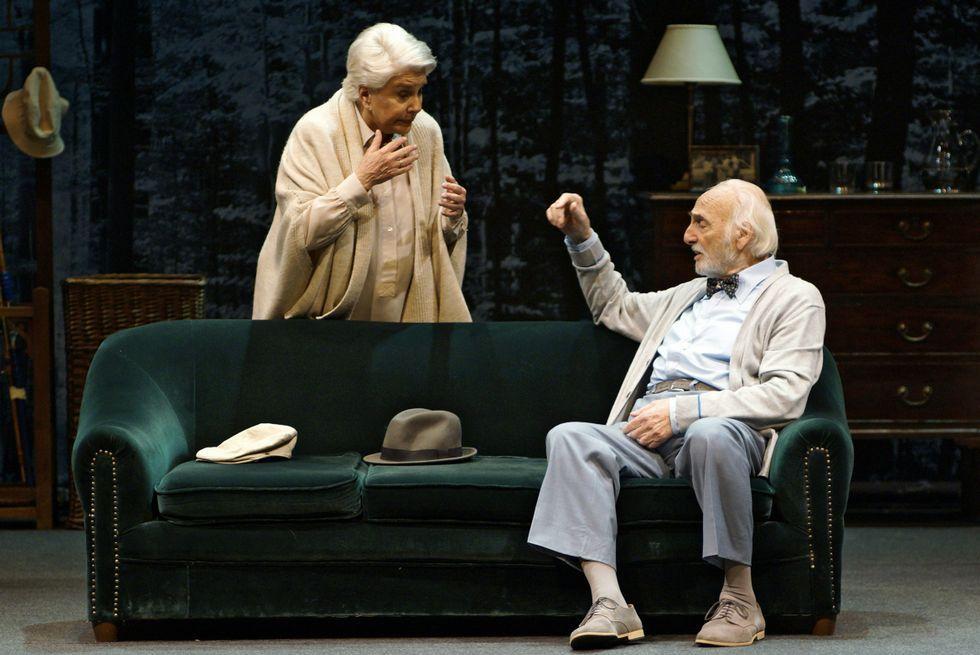 Lola Herrera y Héctor Alterio protagonizan En el estanque dorado.