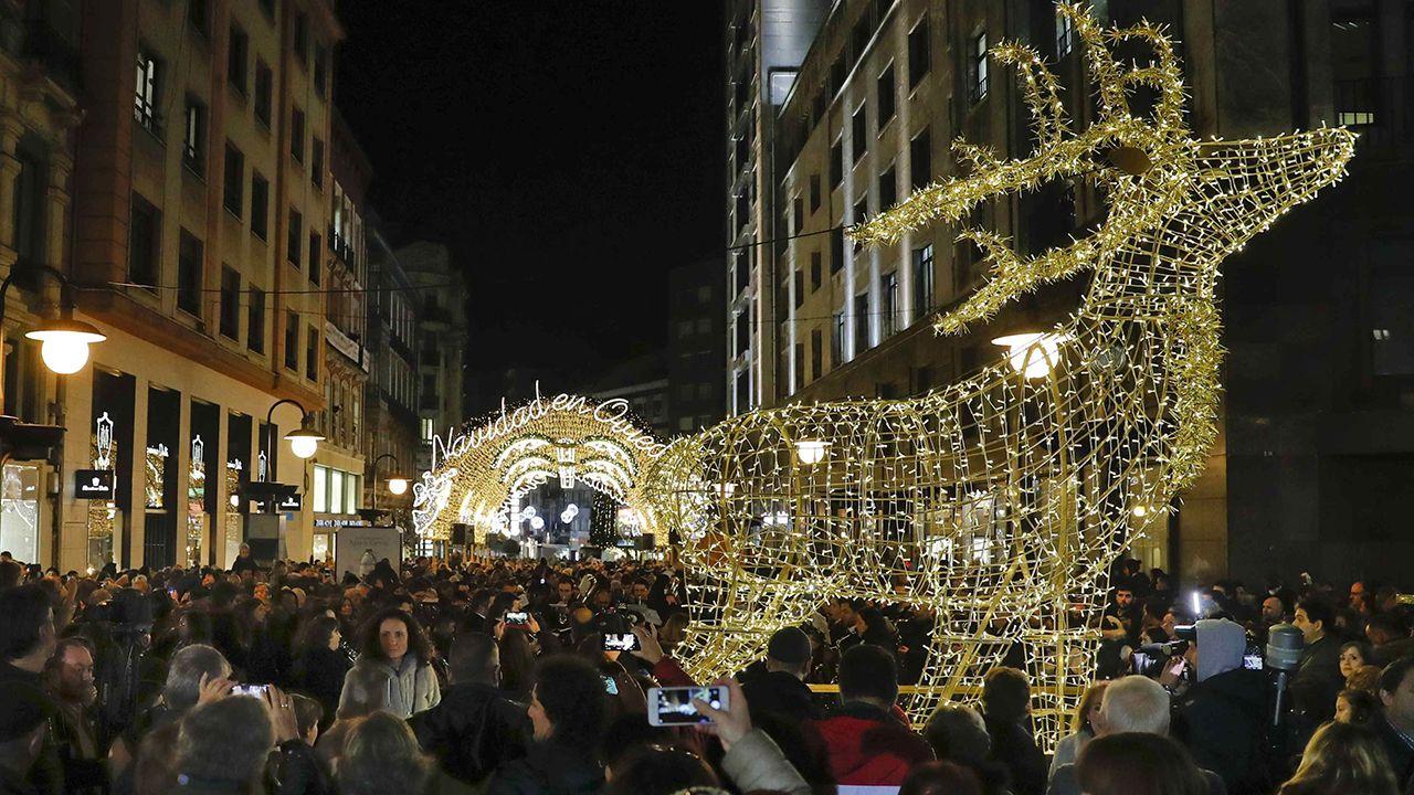 Acto de encendido de la iluminación navideña de Oviedo.Colocan el mastil de la bandera de España gigante en el centro de Oviedo