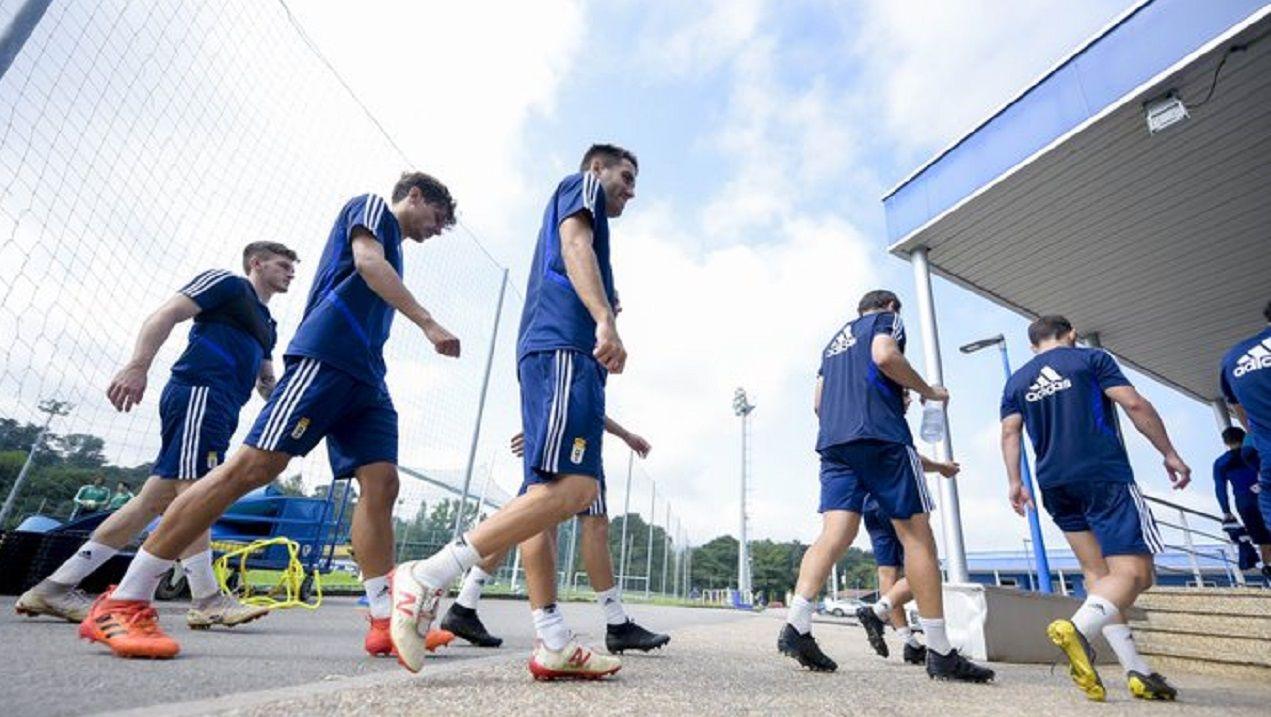 Los jugadores del Real Oviedo retirándose tras el entrenamiento