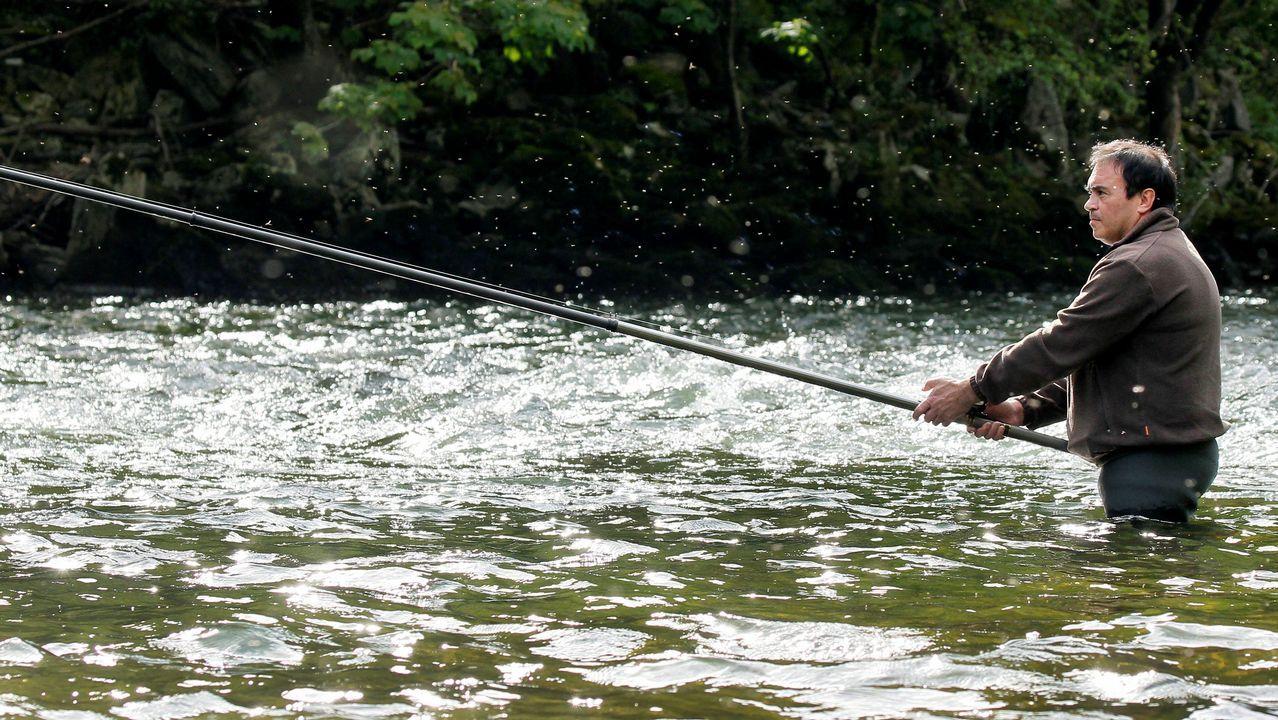 Pescadores en el río Narcea, en uno de los pozos autorizados.