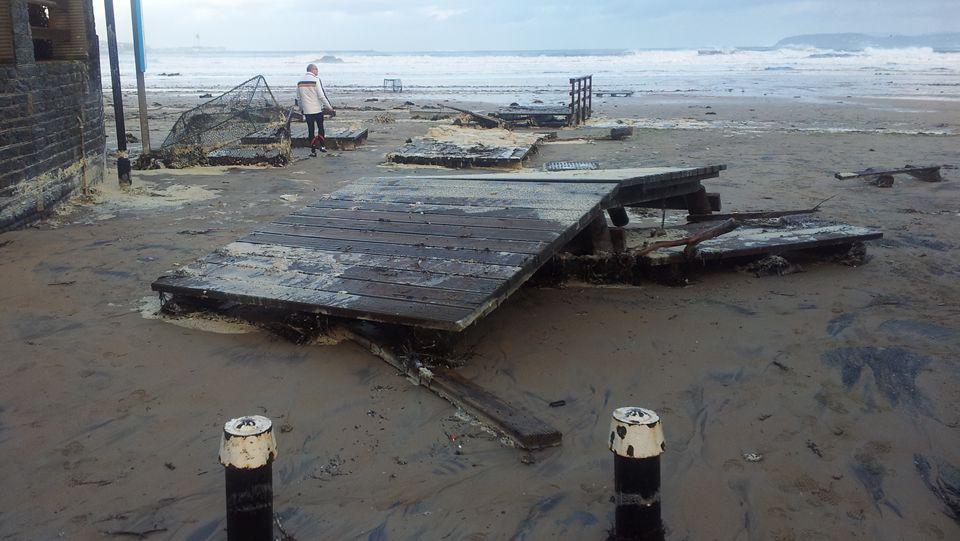 to.Una pareja sorprendida por un golpe de mar en la playa de Esteiro, Xove