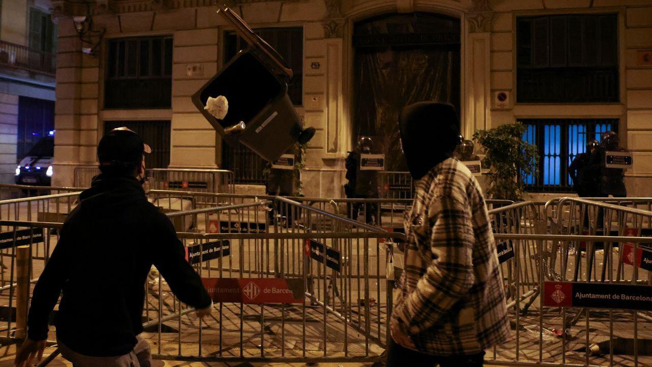Los radicales arrojaron, este domingo, papeleras y botellas a los Mossos que custodian los alrededores de la comisaría de la Policía Nacional en la barcelonesa vía Laietana