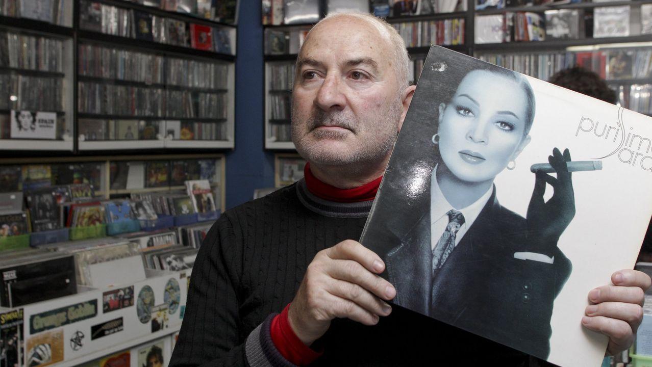Jaime Manso, propietario de Discos Portobello, con un vinilo de Sara Montiel