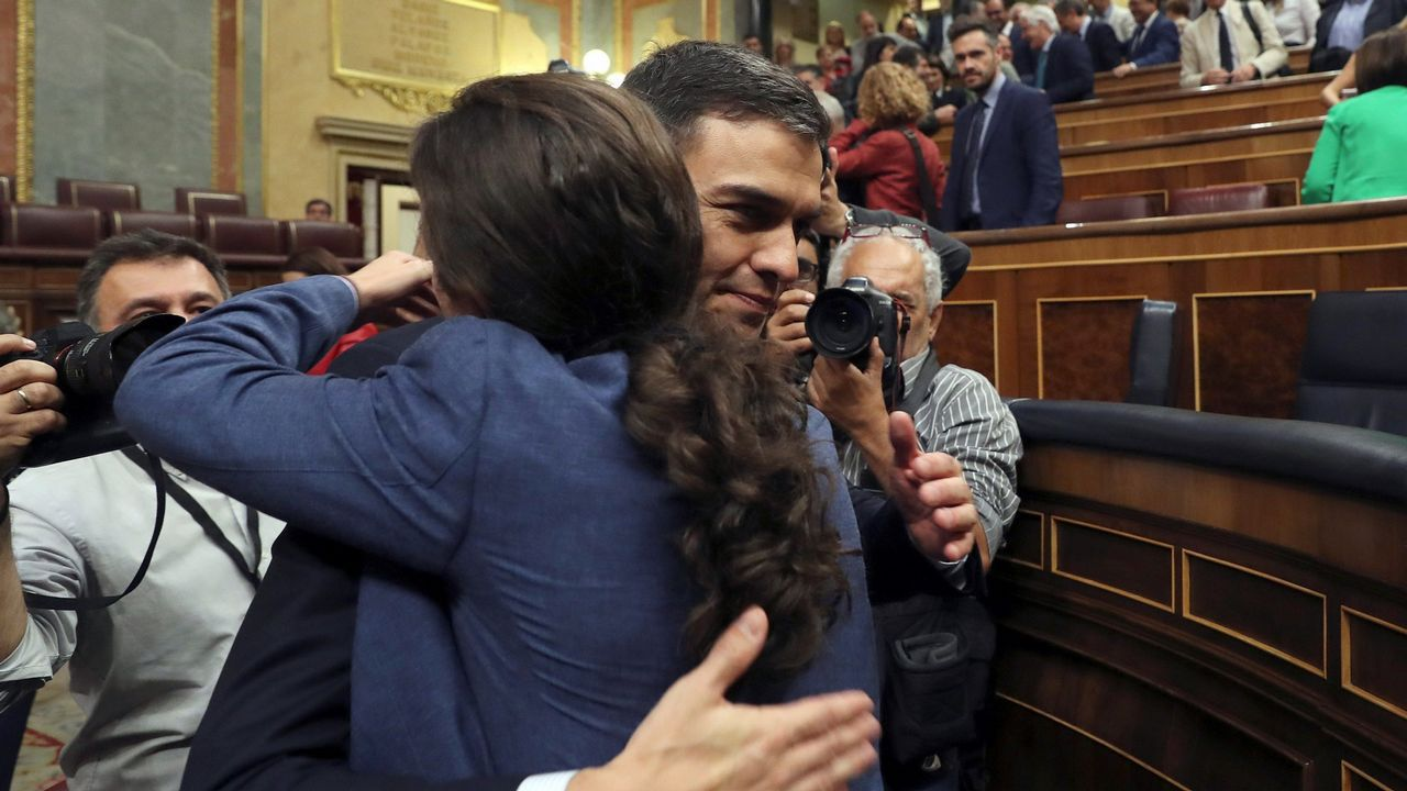 Iglesias y Sánchez se abrazan tras prosperar la moción de censura