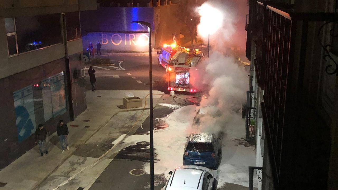 Queman cuatro coches en una noche de vandalismo salvaje en Boiro