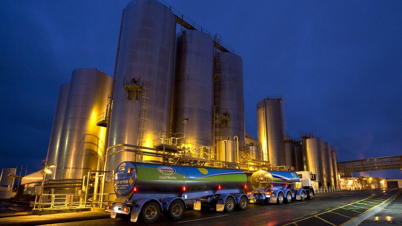 Imagen de un camión cisterna de leche frente a la fábrica Fonterra Te Rapa, en Hamilton (Nueva Zelanda)