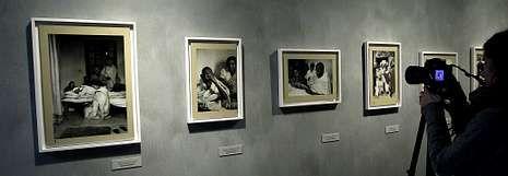 Vista de la secuencia de fotografías con las que Cartier-Bresson documentó los últimos días de Gandhi y su muerte.