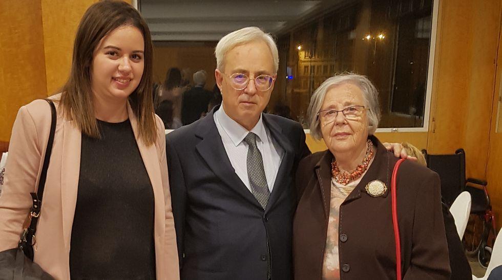 Antonio Álvarez, junto a una sobrina y su profesora en la escuela unitaria de Quintá, Helena Villar Janeiro