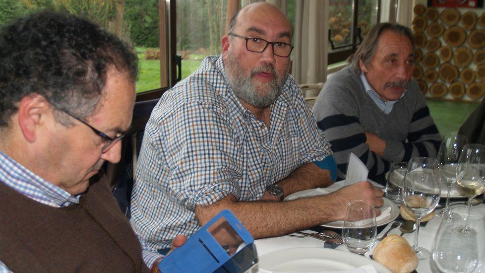 El enólogo Luis Buitrón (en el centro), con Iván Vásquez y el bodeguero del Bibei Pío Domínguez (derecha)