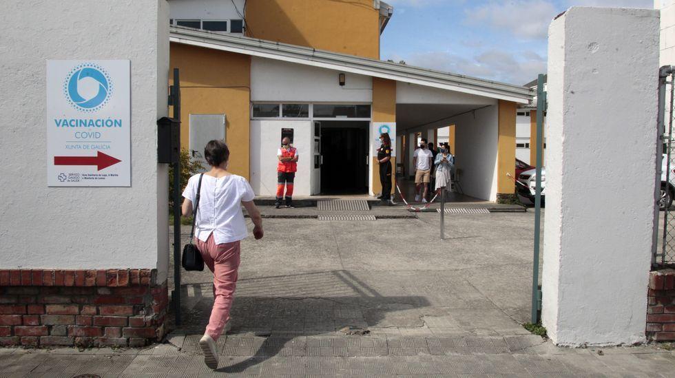 Una mujer entra en el centro de vacunación de Monforte