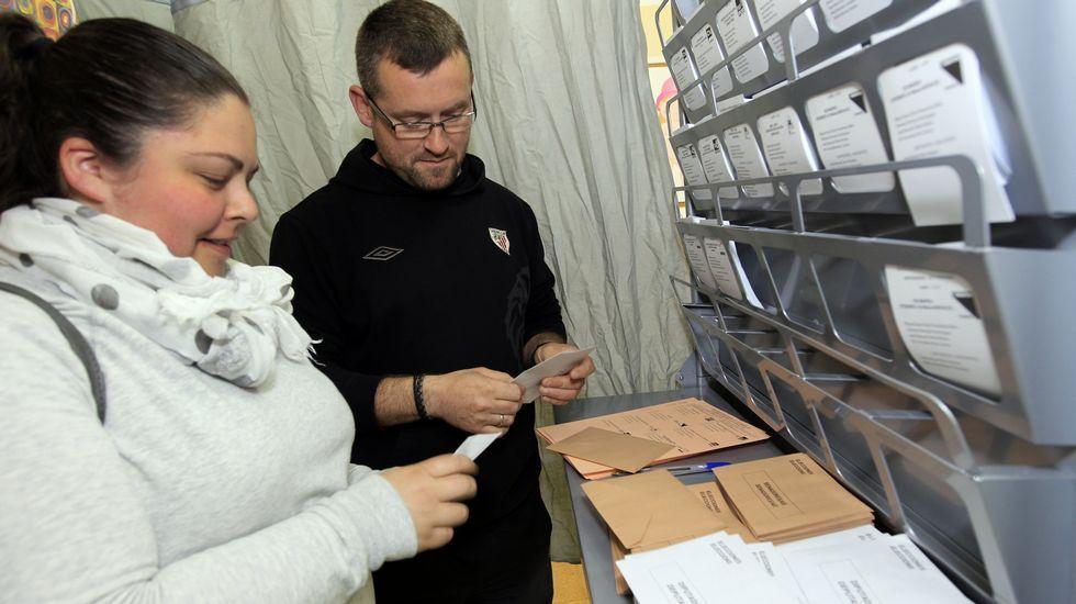 Leiceaga vota en Santiago, donde era vocal de mesa la diputada del PP Maite Cancelo