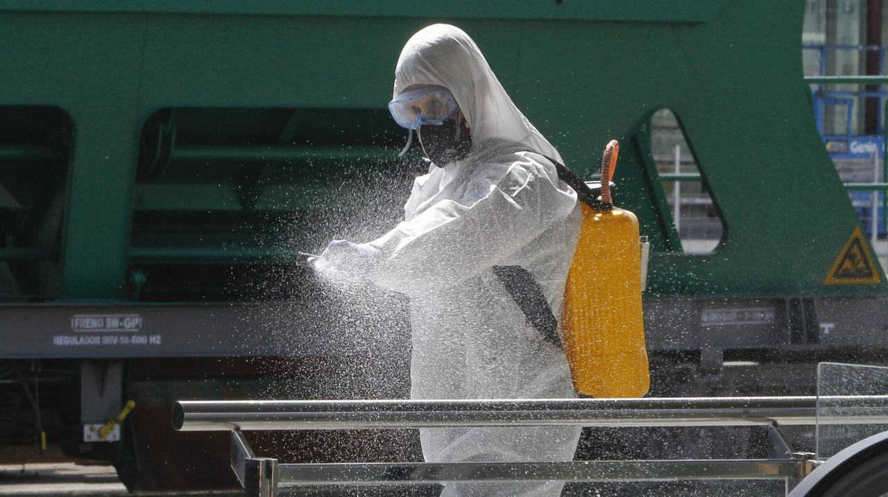 Efectivos de la UME, desinfectando la estación de tren de Santiago