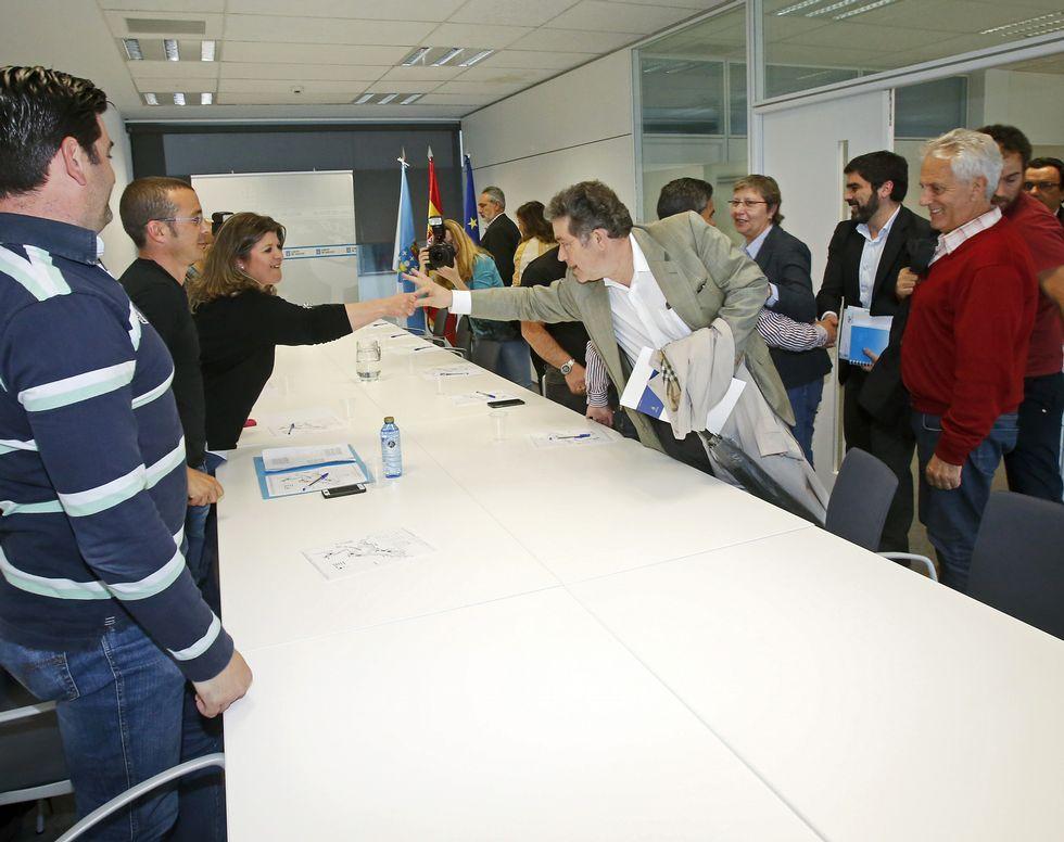 La patrona mayor de Lourizán, una de las promotoras de la reunión, saluda al alcalde de Pontevedra.