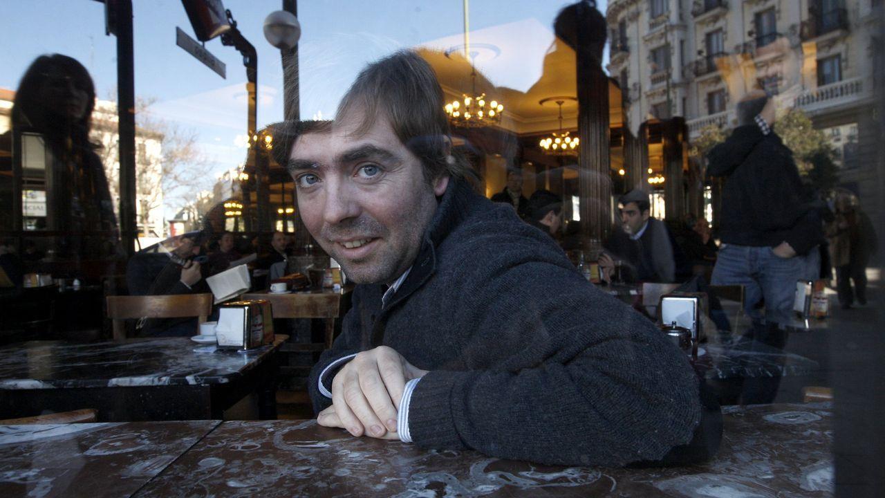 Así transcurrió el día de San Xiao en Ferrol.Use Lahoz, retratado en un café madrileño