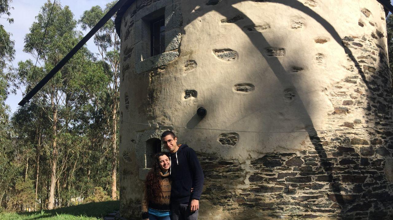 Las imágenes del 8M en Ferrol.Marián y Octavio junto al molino que restauró Secundino Rivera hace unos 40 años y que había construido su bisabuelo, en O Barqueiro
