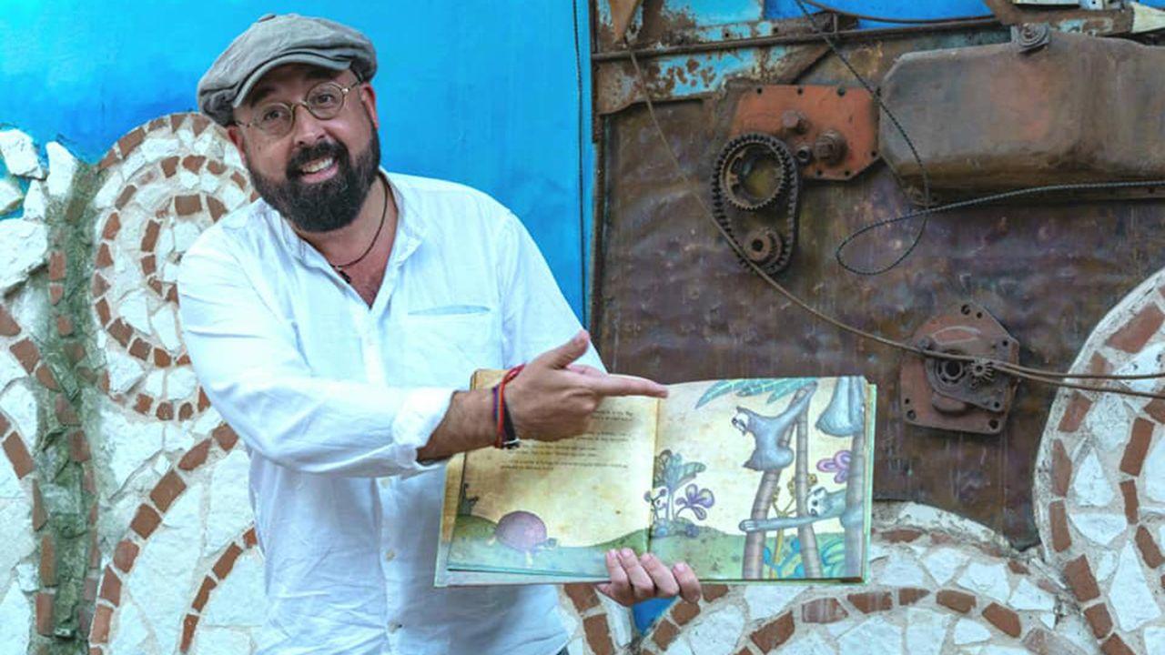 David Acera, junto con uno de los libros que utiliza en sus teatros de narración