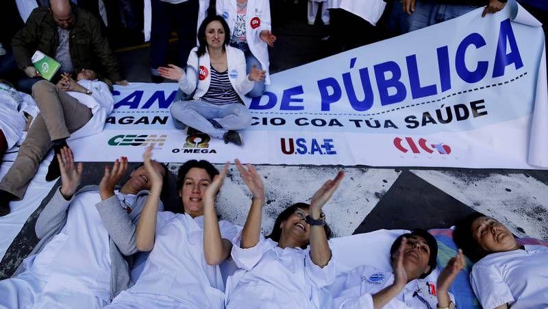 Los trabajadores del Xeral protestan contra los recortes.Antón de Santiago presentó en Portas Ártabras su libro «Custodio ou a fe do carboeiro».