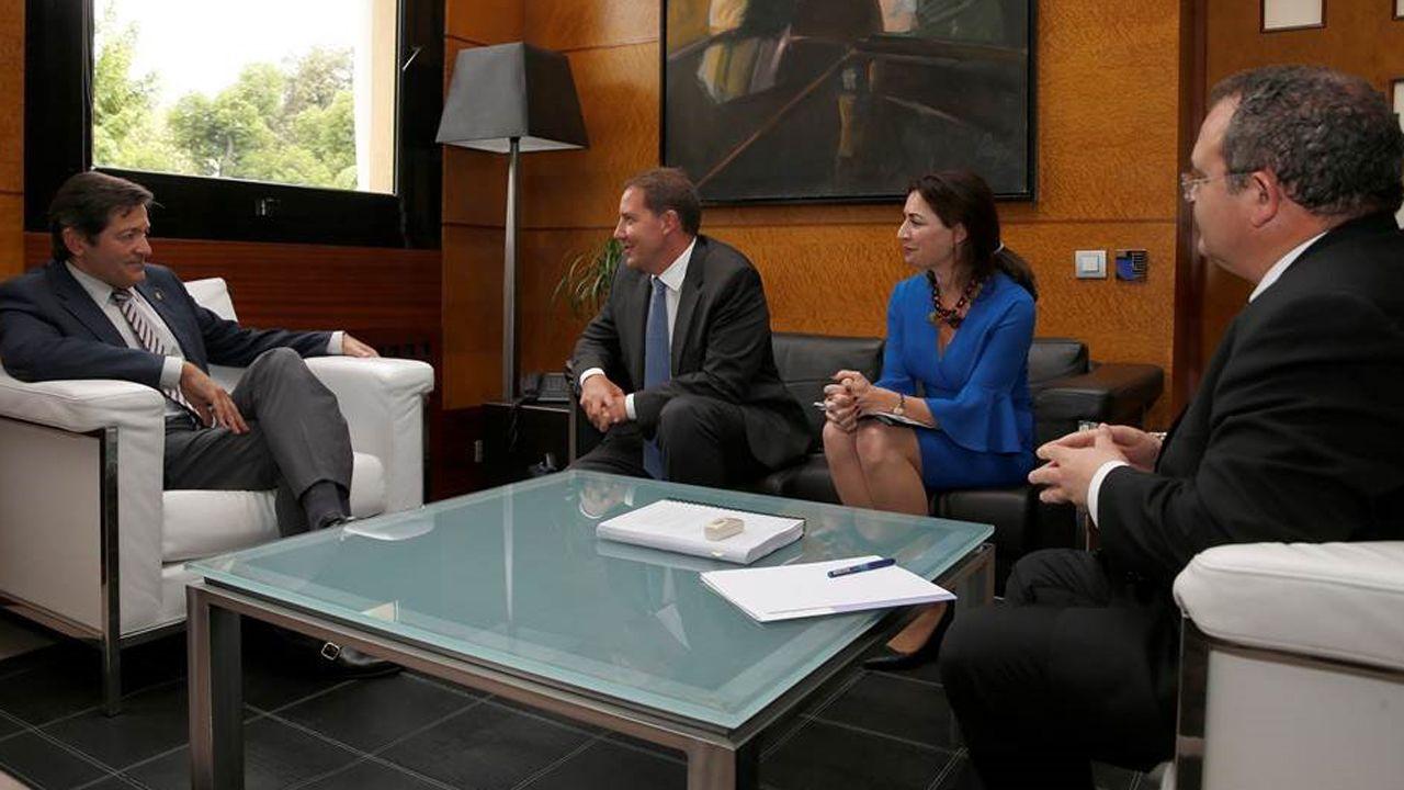 El consejero delegado de Orange España, Laurent Paillassot, con Javier Fernández