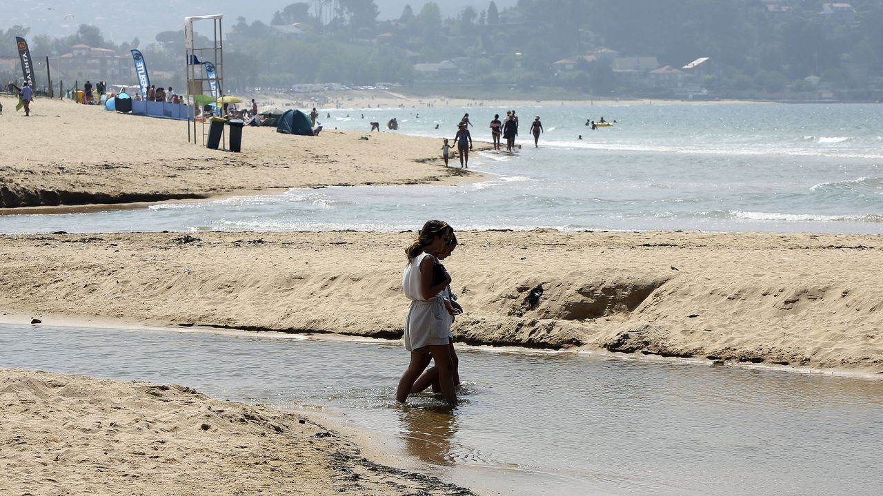 Dos casas de maestros de Ponteceso se alquilarán con fines sociales.El barco encallado frente a la playa de Poniente