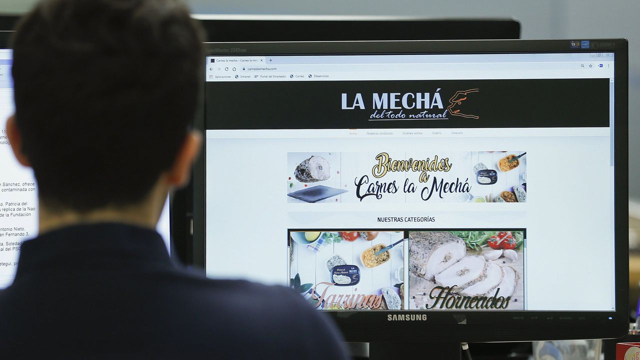 .- Un usuario navega, este jueves, por la página web de Magrudis, que comercializa la carne mechada  La Mechá  causante de un brote de listeriosis.