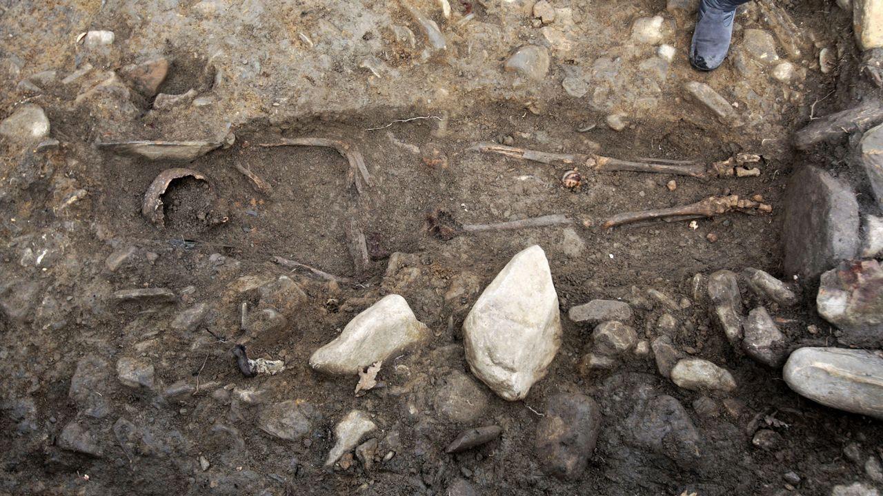 Aparece un esqueleto humano entero en una necrópolis medieval en Brollón