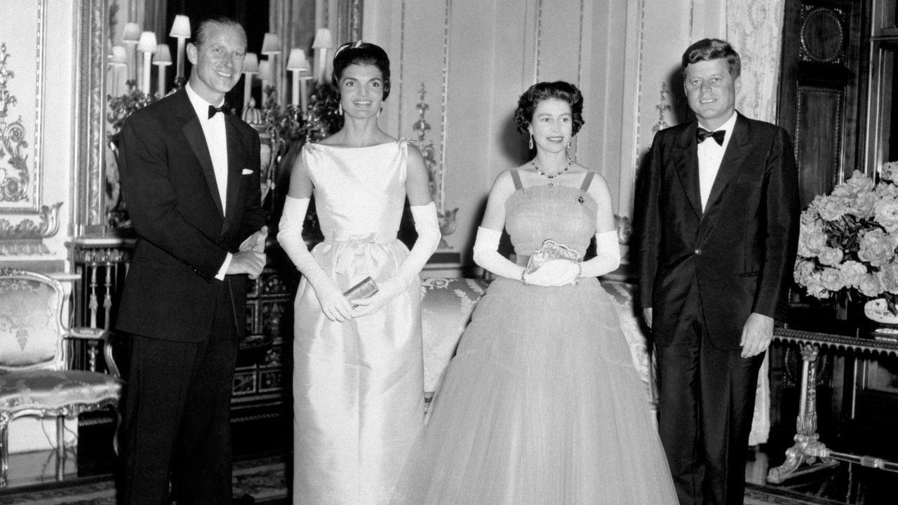 El presidente estadounidense John Kennedy y su esposa Jacqueline posan con la reina Isabel II y su esposo, el príncipe Felipe, en el Palacio de Buckingham, en junio de 1961