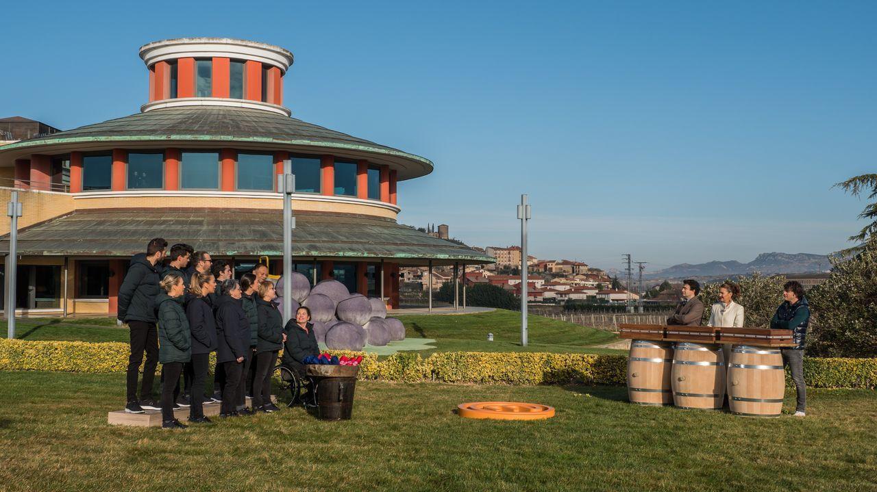 Concursantes y jurado, ante el museo en La Rioja