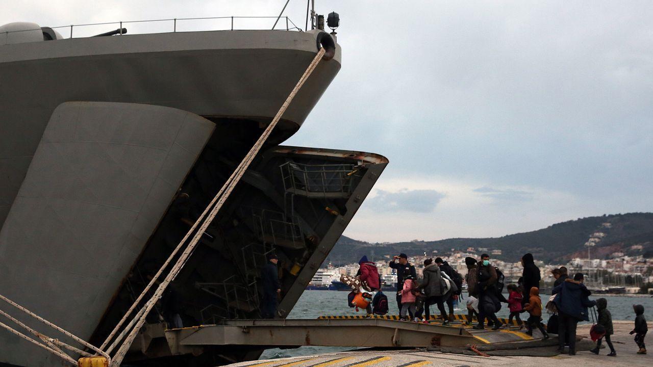 Más de 500 refugiados y migrantes fueron alojados en un buque de guerra en Mitilene