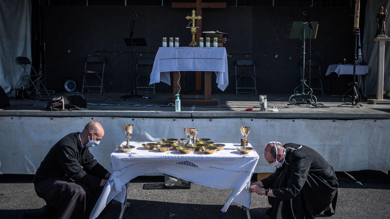 Un escenario móvil sirvió de altar para la misa